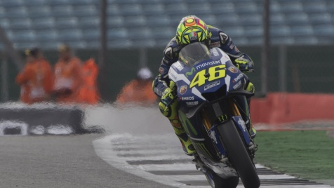 Warm up, la pioggia frena Rossi